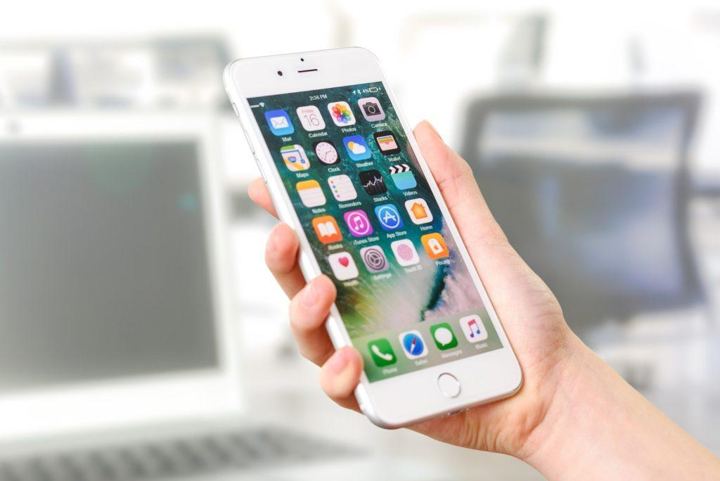 Smartphone mit allen Apps im Überblick