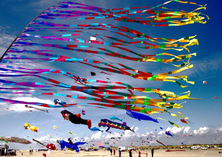 Bunte Drachen im Wind auf der Insel Fanö