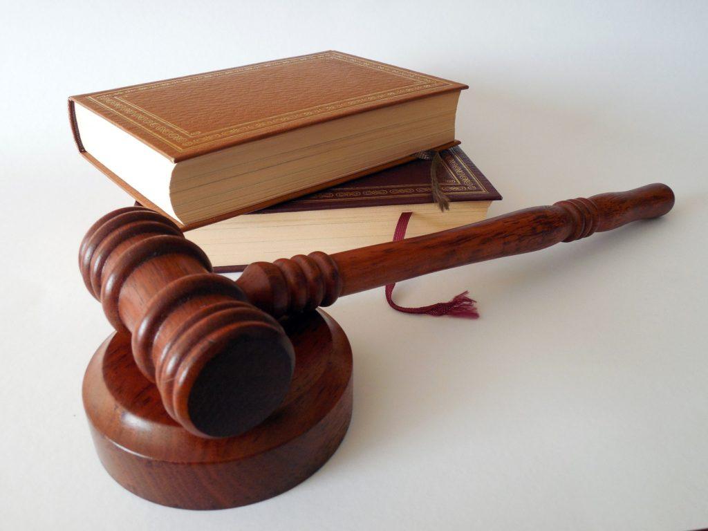 Gesetzesbücher und Richterhammer