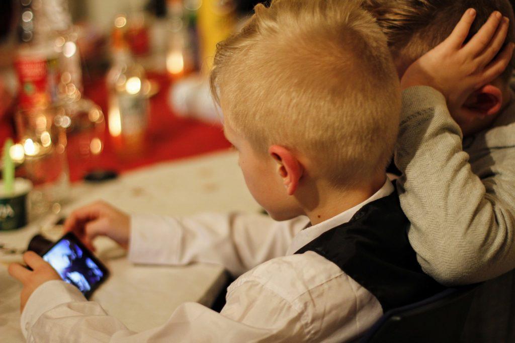 Kind mit einem Smartphone